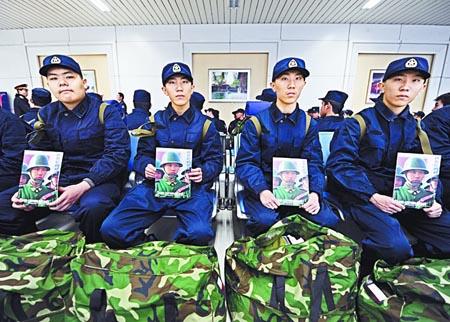 2010年12月16日济南火车站候车室,临行前,四胞胎收到了钱捍儿子、同样是军人的钱程送来的摄影作品集。他们之所以选择当兵,很大程度上是受钱程哥哥的影响。