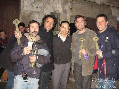 成泰�鲇氲佳莞匀�雷斯(左二)及主演巴登(右二)