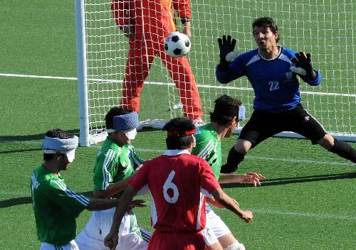 中国足球历届守门员_图文:亚残运五人制足球中国胜 守门员扑救险球