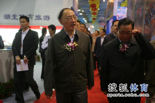 图文:2010年体博会开幕式 刘鹏正在参观