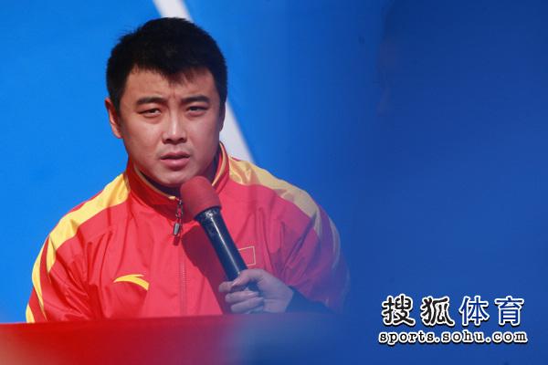 图文:2010年体博会开幕式 王皓接受采访