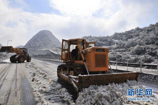 京港澳高速粤北段结冰造成车辆滞留