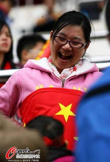 女球迷开怀大笑