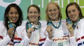 图文:短池世锦赛女4x100自 荷兰队展示奖牌