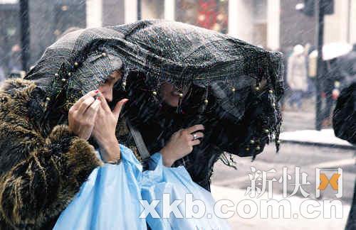 虽然英国政府劝市民不要出门,还是有民众不惧风雪上街购物。