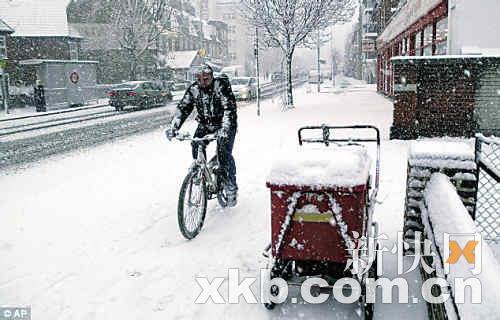 道路交通混乱,有人选择骑车出行。