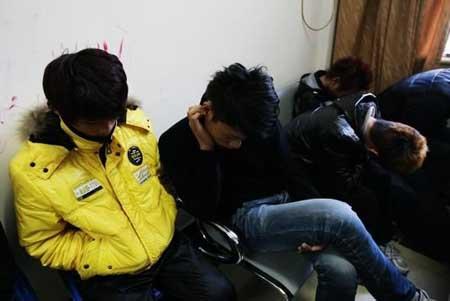 持刀棍砍伤讨薪者的30余名嫌疑人被抓获。早报记者 赵昀 图