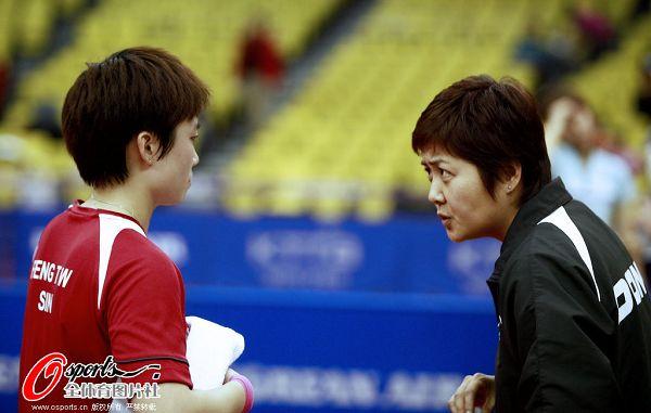 图文:2010乒联总决赛决赛赛况 教练指导冯天薇