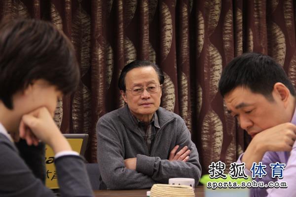 图文:百灵杯唐奕胜马晓春 陈祖德九段认真观战