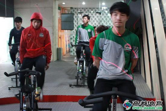图文:河南建业健身房苦练 谭望嵩认真