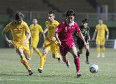 图文:国足1-0马其顿 曲波比赛中突破