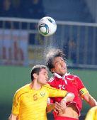 图文:国足1-0马其顿 杜威争顶头球