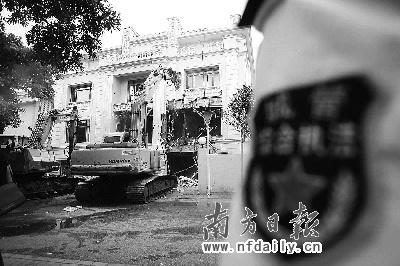 """机器轰鸣声中,二沙岛""""最牛违建别墅""""被执行强拆。南方日报记者王亮摄"""