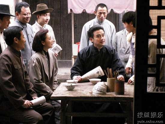 赵丹(邢岷山饰)在电影《烈火中永生》中饰演许云峰,和演员李岚(饰演江姐)在影片拍摄现场