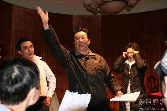 导演翟俊杰在拍摄现场为演员邢岷山(饰赵丹)、沈培艺(饰韦倩倩)说戏