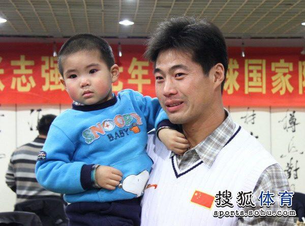 图文:张志强结束橄榄球生涯 张志强和儿子