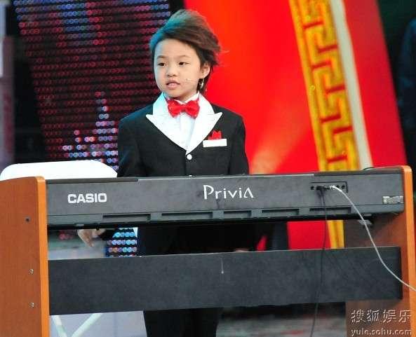 搜狐娱乐讯 钢琴神童游松泽可不是一般的腕儿,这不,没领略过他琴技的记者在彩排现场着实和大伙儿一样被震撼了一把!所有人无不赞叹钢琴曲弹得太熟练了!松泽才是一个7岁的孩子,浑身上下无不透着一种潇洒自信的气息,对周董的歌曲更是点什么就弹什么,毫不拖沓,信手拈来!并且现场给出蒙眼弹唱的绝活,赢得满堂喝彩!   松泽的父母也来到了彩排晚会的现场,据他的父母讲,油松泽在很小的时候,对音乐的反应力就非常灵敏,身体能随着节拍准确地舞动,到了三岁时偶然一个机会亲戚送上了一张英文老CD,他听了几遍以后,竟然可以轻松地唱出