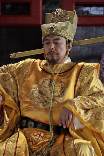 """曾说自己演的是卡通皇帝的张铁林,对剧中的宋真宗一角有自己的理解:""""图片"""