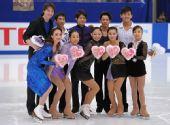 图文:日本花样滑冰锦标赛赛况 选手赛后合影