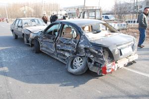 匪徒所驾轿车被撞得面目全非