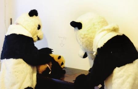《饲养员乔装大熊猫》组照之一:工作人员抱着熊猫宝宝回基地(本组图片由华西都市报记者吕甲摄)