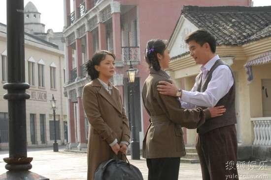 赵丹(邢岷山饰)和夫人黄宗英(于慧饰)送女儿赵青(黄湘丽饰)赴北京舞蹈学院求学