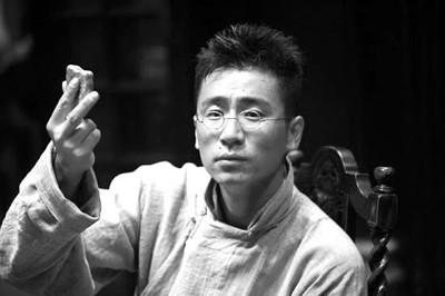 饰演老七的是影片编剧兼副导演危笑