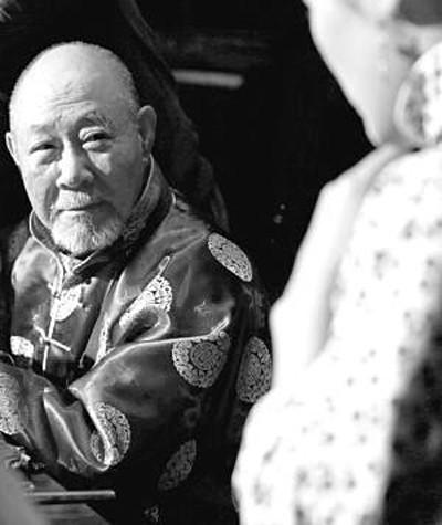 有一场打麻将的戏,搓麻老头正是姜文父亲