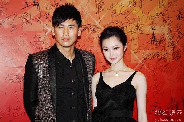 于晓光与刘思齐扮演者在签名板前合影