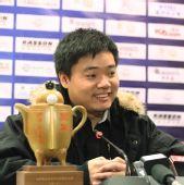图文:丁俊晖问鼎中巡赛总决赛 面带笑容