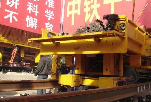 铺轨作业车将石武高铁湖北段最后一对长轨铺在轨道板上.(记