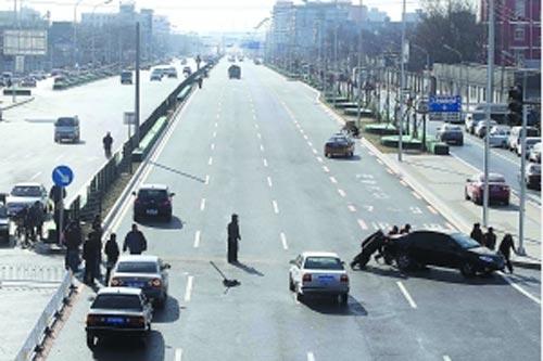 上午11时20分,工作人员清理开停放在路口的社会车辆,蒲黄榆路一路畅通。