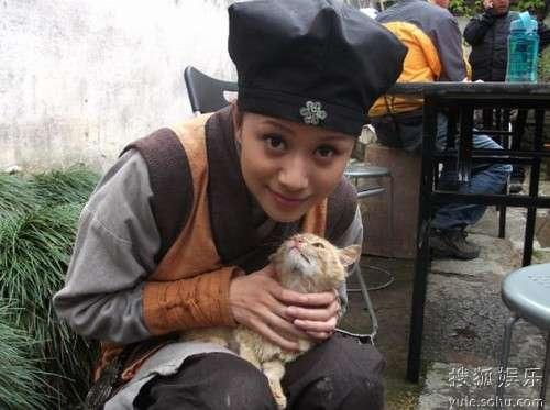 """倪虹洁和小猫亲密""""互动"""""""
