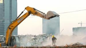 12月8日下午,浙江绍兴,几位来自贵州的拆迁女工在尘土弥漫的拆迁工地回收钢筋。新拆迁条例二次征求意见稿提出,保障性安居工程建设和旧城区改建,要经过地方人大审议通过。李瑞昌 摄