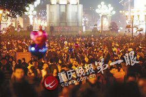 解放碑前挤满前来听钟声的市民