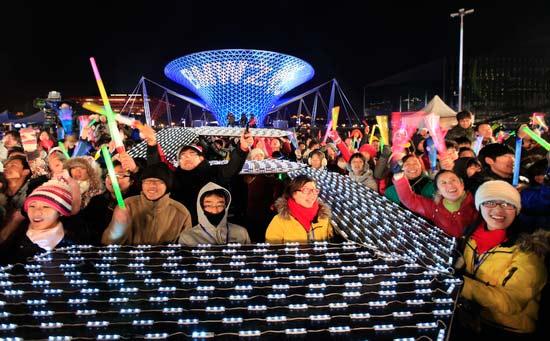 昨日,市民在世博庆典广场迎新。早报记者 王炬亮 图