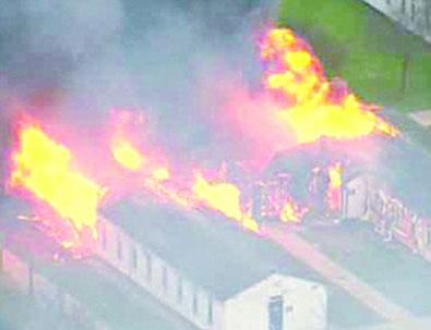 囚犯纵火焚烧监狱房屋(左),嚣张的囚犯(右)。