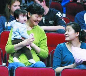 姚明/姚明母亲抱着孙女和姚明妻子叶莉在看台上