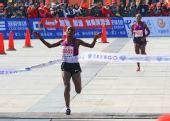 图文:2011年厦门国际马拉松赛 吉莫达冲过终点