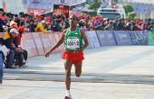 图文:2011年厦门国际马拉松赛 苏耶冲过终点