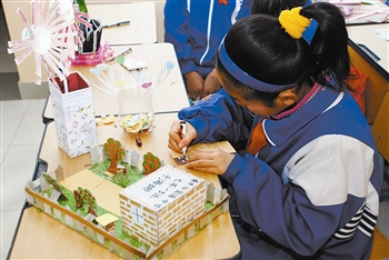 学生们在制作手工艺品