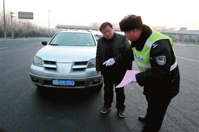 一辆在高峰时段进京又恰逢尾号限行的外地车被交警劝返