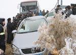沙漠公路因风雪5车追尾惨状