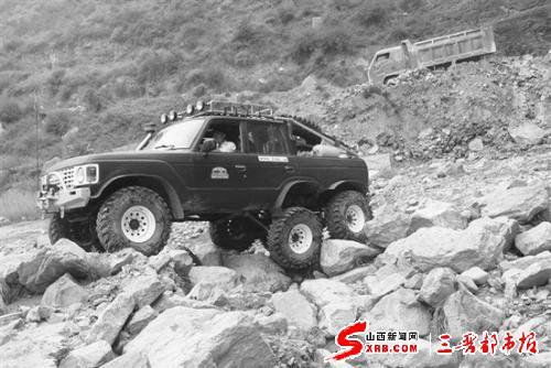 魏强的分时六驱全地形越野车在乱石滩中行进