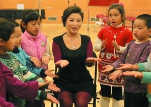 刘媛媛和孩子们在一起