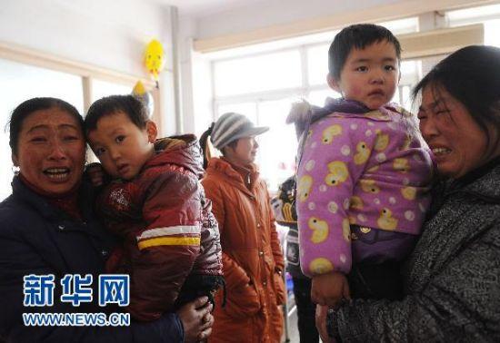 1月5日,在安徽省立儿童医院,安徽省安庆市怀宁县高河镇几名家长抱着孩子。新华社记者 李健 摄