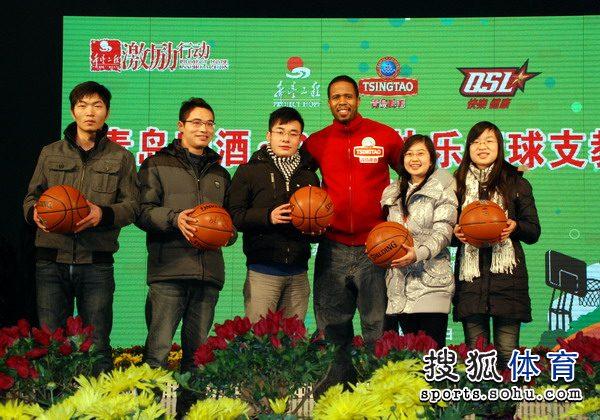 NBA著名球星达蒙-琼斯变身慈善大使
