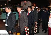 图文:朝鲜队抵达多哈 每个人的西装都不同