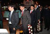 图文:朝鲜队抵达多哈 各式西服手提鲜花