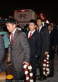 图文:朝鲜队抵达多哈 胸前徽章异常显眼